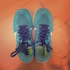 nike blue flyknit running shoes